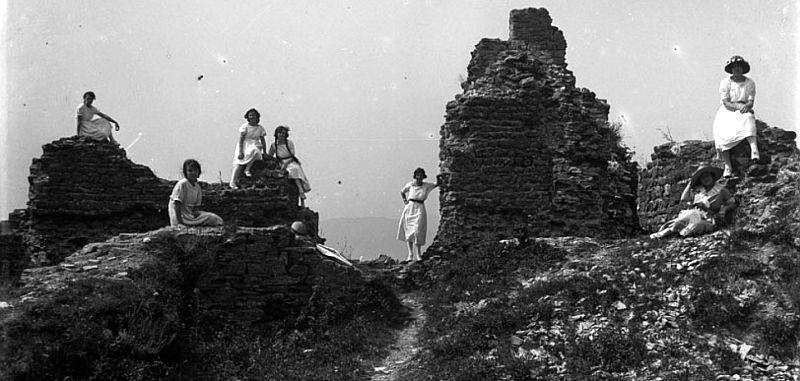Archivio Raffaelli - Ruderi del Castello di Treschietto con un gruppo di donne 1921